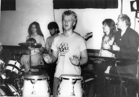Musikklinja VFH 1989 Skildring: Per Idrehus saman med elevar ved musikklinja ved Voss Folkehøgskule 1989.