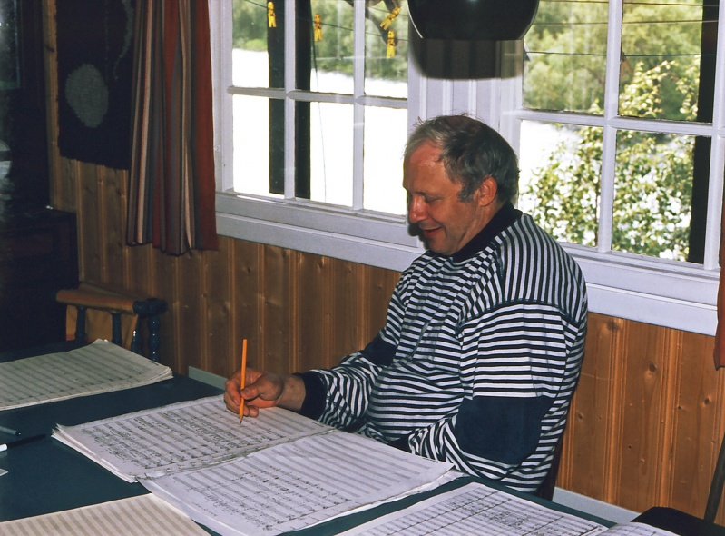 """På Reinunga Skildring: Per Indrehus arbeider med arrangement til """"Dei tre budeiene på Vikafjell"""" for Orkesteret Fossegrimen. Biletet er tatt under ei arbeidstund på hytta til Peder Ringdal i juli 1989."""