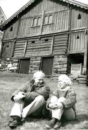"""Per Indrehus og Signe Seim Skildring: Per Indrehus saman med forfattaren Signe Seim. Biletet er tatt i april 1994 i samband med arbeidet med """"Kvinnene i loftet""""."""